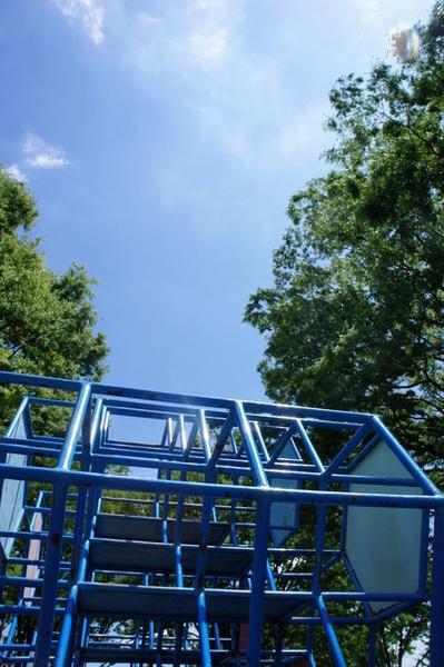 交通遊園のジャングルジムと青空.jpg