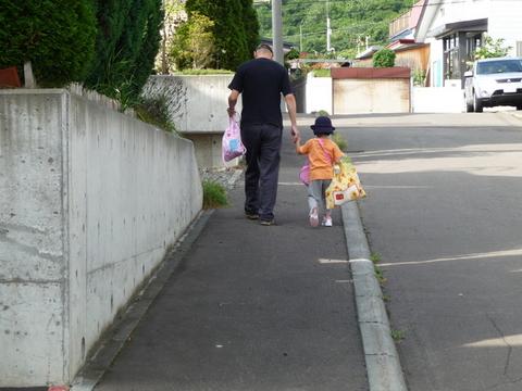 新学期 じいちゃんとバス停までお散歩.jpg